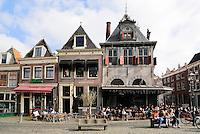 Centraal marktplein de Roode Steen in Hoorn. Rechts de oude Kaaswaag.