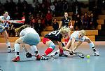 MANNHEIM, DEUTSCHLAND, JANUAR 12: 5. Spielwochenende in der Hockey Hallensaison 2013/2014 Süd. Begegnung zwischen dem Mannheimer HC (blau) und dem Münchner SC (weiss)  in der 1. Bundesliga Damen am 12. Januar, 2013 in der Irma-Röchling-Halle in Mannheim, Deutschland. Endstand 2-2. (0-2) (Photo by Dirk Markgraf / www.265-images.com) *** Local caption ***