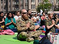 Nederland  Amsterdam - 2019.   International Day of Yoga. Internationale Yogadag op de Dam in Amsterdam. Militairen doen mee met de oefeningen. Foto mag niet in negatieve / schadelijke context gepubliceerd worden.   Foto Berlinda van Dam / Hollandse Hoogte