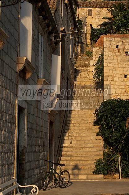Europe/Croatie/Dalmatie/ Ile de Vis/Vis: Vieilles demeures et escalier sur le port