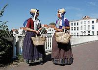 Folkloristische Dag in Middelburg.  Twee vrouwen dragen klederdracht van Walcheren