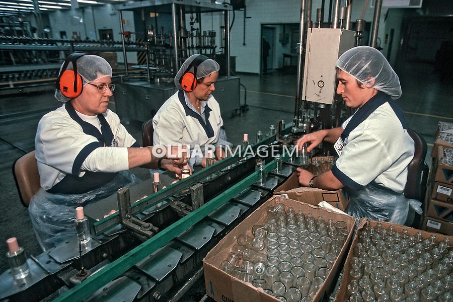 Mulheres no trabalho, industria de cosmeticos Avon, São Paulo. 1998. Foto de Juca Martins.