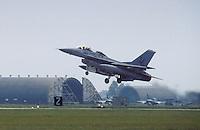 - caccia F 16 in decollo dalla base aerea USA di Aviano (Pordenone)....-  F 16 fighter take-off from the USA air base of Aviano (Pordenone, Italy)