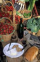 Europe/France/Languedoc-Roussillon/11/Aude/Carcassonne: Fraises sur l'étal de Monsieur Vayre et son casse-croûte sur le marché place Carnot