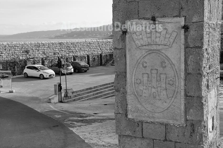 Castro Marina (LE) - Ingresso del porto. Sulla destra si nota lo stemma della località.