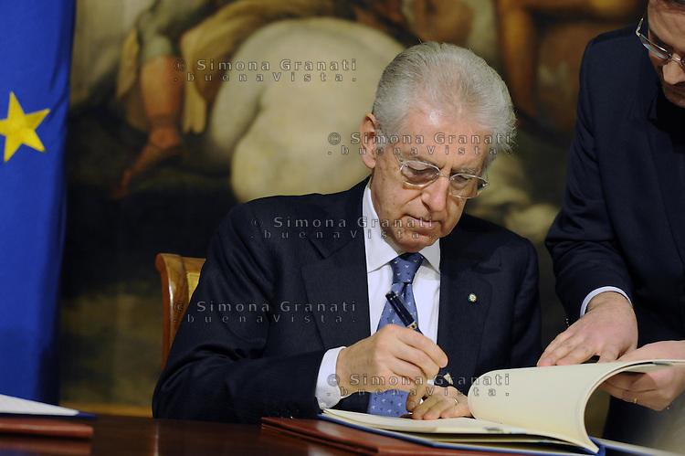 Roma, 26 Gennaio 2012.Il Presidente del Consiglio, Mario Monti incontra, a Palazzo Chigi, il Presidente della Repubblica islamica d'Afghanistan, Hamid Karzai..Monti firma