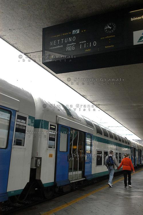 Roma,Ottobre 2005.Linea ferroviaria Roma-Nettuno.Attesa alla Stazione Termini di Roma.Rome, October 2005.Railway line Roma-Nettuno.Waiting to Rome Termini station