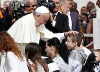 Papa Francesco saluta i fedeli al termine dell'udienza generale del mercoledi' in Piazza San Pietro, Citta' del Vaticano, 9 settembre 2015.<br /> Pope Francis greets the faithful at the end of his weekly general audience in St. Peter's Square at the Vatican, 9 September 2015.<br /> UPDATE IMAGES PRESS/Isabella Bonotto<br /> <br /> STRICTLY ONLY FOR EDITORIAL USE