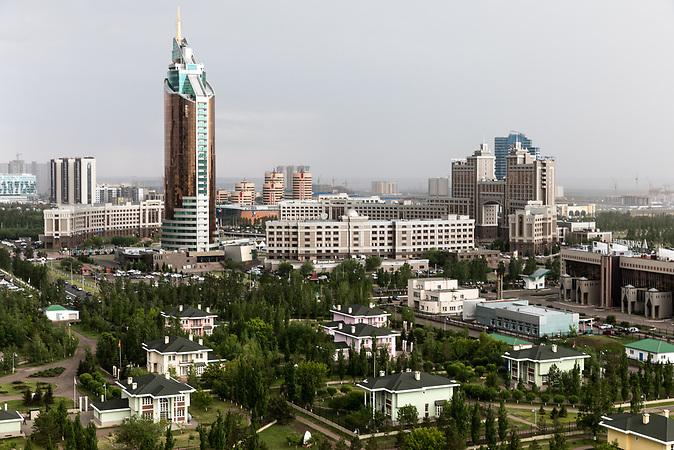 """Kasachischer Pavillion """"Sphere"""" auf dem Expogelände / Astana kurz vor der Expo 2017"""