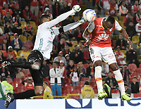 BOGOTÁ - COLOMBIA, 30-07-2017: Juan David Valencia (Der.) jugador de Santa Fe salta por el balón con Jose Cuadrado (Izq.) arquero del Once durante el encuentro entre Independiente Santa Fe y Once Caldas por la fecha 5 de la Liga Aguila II 2017 jugado en el estadio Nemesio Camacho El Campin de la ciudad de Bogota. / Juan David Valencia (R) player of Santa Fe jumps for the ball with Jose Cuadrado (L) goalkeeper of Once during match between Independiente Santa Fe and Once Caldas for the date 5 of the Aguila League II 2017 played at the Nemesio Camacho El Campin Stadium in Bogota city. Photo: VizzorImage/ Gabriel Aponte / Staff