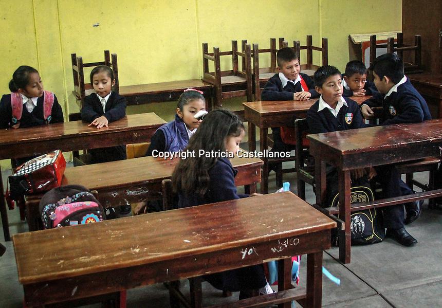 Asunci&oacute;n, Nochixtl&aacute;n, Oaxaca. 07/09/2016.- Con un acto c&iacute;vico pol&iacute;tico, integrantes del Comit&eacute; Ejecutivo Seccional (CES), encabezaron el inicio del ciclo escolar 2016 &ndash; 2017 en el municipio de Asunci&oacute;n, Nochixtl&aacute;n, mismo que se&ntilde;alaron comenzaran con un calendario alternativo al que maneja como oficial la Secretaria de Educaci&oacute;n P&uacute;blica (SEP), as&iacute; mismo indicaron que este acto es solo muestra del compromiso que tienen con los padres de familia y alumnos, sin embargo esto no significa que claudicaran en su lucha.<br /> <br /> Simult&aacute;neamente y ante la falta de respuestas a sus peticiones respecto a las necesidades de los heridos y deudos de los ca&iacute;dos en el enfrentamiento entre polic&iacute;as y simpatizantes del magisterio en pasados meses en Nochixtl&aacute;n por parte del gobierno, integrantes del &ldquo;Comit&eacute; de Victimas por la Justicia y la Verdad 19 de Junio de Nochixtl&aacute;n&rdquo; iniciaron este mi&eacute;rcoles con un bloqueo intermitente en la carretera 15D, mismo que se&ntilde;alaron ser&aacute; indefinido hasta obtener una mesa de negociaci&oacute;n con las autoridades pertinentes.<br /> <br /> Foto: Patricia Castellanos.