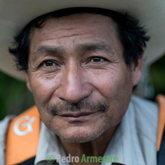 24 noviembre 2014. <br />  Pedro Poo (64 años) Líder comunal y Vecino en contra de la Hidroelectrica Renace.<br /> La llegada de algunas compañías extranjeras a América Latina ha provocado abusos a los derechos de las poblaciones indígenas y represión a su defensa del medio ambiente. En Santa Cruz de Barillas, Guatemala, el proyecto de la hidroeléctrica española Ecoener ha desatado crímenes, violentos disturbios, la declaración del estado de sitio por parte del ejército y la encarcelación de una decena de activistas contrarios a los planes de la empresa. Un grupo de indígenas mayas, en su mayoría mujeres, mantiene cortado un camino y ha instalado un campamento de resistencia para que las máquinas de la empresa no puedan entrar a trabajar. La persecución ha provocado además que algunos ecologistas, con órdenes de busca y captura, hayan tenido que esconderse durante meses en la selva guatemalteca.<br /> <br /> En Cobán, también en Guatemala, la hidroeléctrica Renace se ha instalado con amenazas a la población y falsas promesas de desarrollo para la zona. Como en Santa Cruz de Barillas, el proyecto ha dividido y provocado enfrentamientos entre la población. La empresa ha cortado el acceso al río para miles de personas y no ha respetado la estrecha relación de los indígenas mayas con la naturaleza. ©Calamar2/ Pedro ARMESTRE<br /> <br /> The arrival of some foreign companies to Latin America has provoked abuses of the rights of indigenous peoples and repression of their defense of the environment. In Santa Cruz de Barillas, Guatemala, the project of the Spanish hydroelectric Ecoener has caused murders, violent riots, the declaration of a state of siege by the army and the imprisonment of a dozen activists opposed to the project . <br /> A group of Mayan Indians, mostly women, has cut a path and has installed a resistance camp to prevent the enter of the company's machines. The prosecution has also provoked that some ecologists, with orders for their arrest, have been hid