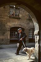 Europe/France/Aquitaine/24/Dordogne/Vallée de la Dordogne/Périgord/Périgord noir/Sarlat-la-Canéda: Jour de marché - Promeneur avec son chien de retour du marché<br />  PHOTO D'ARCHIVES // ARCHIVAL IMAGES<br /> FRANCE 1980