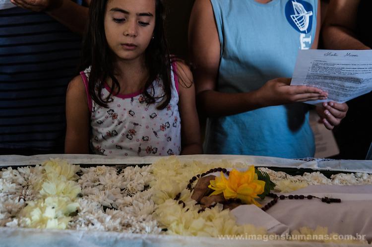 : cerimônia de Exéquia realizada por padre Sebastião Gonçalves da Silva para a família de João Gomes, 93 anos, 12 filhos, trabalhador rural. Realizada na Rua Clávio de Menezes 01, Floresta, Pernambuco.
