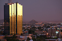 Paisaje hurbano que se pudo apreciar en el mirador de la colonia pitic cuando las las nubes invadian el cielo y el sol comenzaba a caer en el horizonte..A la izquierda se observa la torre de Hermosillo el edificio mas alto de la capital Sonorense.