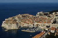 Europe/Croatie/Dalmatie/Dubrovnik: La Ville , ses remparts,  et  la mer Adriatique