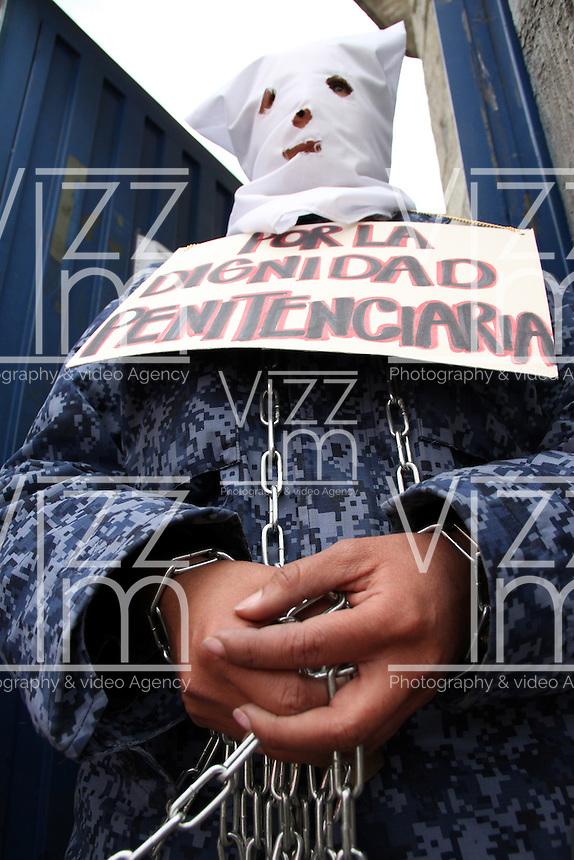 BOGOTA -COLOMBIA. 21-AGOSTO-2014. Guardianes del INPEC se encadenaron frente a la puerta de la carcel el Buen Pastor en protesta por  la falta de medidas contra el hacinamiento carcelario  , el despido de funcionarios , mejora en los contratos de trabajo y el incuplimiento por parte del  gobierno nacional.   ./ Guardians INPEC chained themselves to the door of El Buen Pastor  jail to protest the lack of action against prison overcrowding, the dismissal of officials, improved labor contracts and the national government's default.. Photo: VizzorImage/ Felipe Caicedo