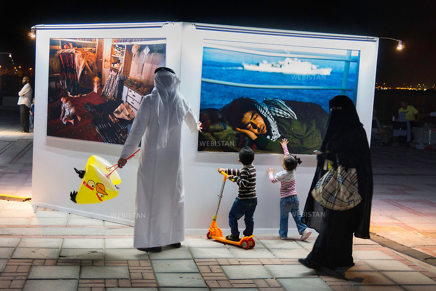 Qatar, Doha, Doha bay. <br /> Retrospective exhibition of photographer Reza entitled &quot;Hope&quot; and displayed in the public space, on Doha bay, during the World Innovation Submit for Education 2012 (WISE).<br /> Each year, WISE gathers experts coming from all around the world and more than 100 countries, all invited by the Qatar Foundation. As a real soft power tool of the emirate, WISE places education at the centre of the institutional, political and economic debate.<br /> Qatar is one of the Arab peninsular emirates, on the Persian Gulf shoreline. Bordered by Saudi Arabia, Qatar's economy relies on oil and gas. Being the world's fourth-largest gas exporter, gas remains the major driver of Qatar's economy. The emirate is governed by Sheikh Tamim bin Hamad Al Thani who became at the age of 33 Emir of Qatar on 25 June 25th, 2013 after his father's abdication. He is the youngest emir at the head of an Arab State. Qatar has around 2,5 million inhabitants. 65% are immigrated workers coming from the Indian subcontinent and the neighbouring Arab countries, attracted by the petrochemicals industry. <br /> On June 5th, 2017, Saudi Arabia, the United Arab Emirates, Egypt, Bahrain, Yemen, Libya, Mauritania, the Maldives, and Mauritius broke off diplomatic relations with Qatar, accusing the emirate of supporting several terrorist groups. As its Gulf neighbours enforced the closure of all land, air and sea borders to Qatar, the country is quarantined.<br /> 