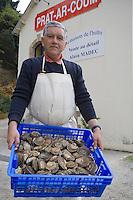 """Europe/France/Bretagne/29/Finistère/Carantec: Alain Madec ostréiculteur et ses huitres plates -c Huitres de Prat ar Coum - """"La maison de l'Huitre"""""""