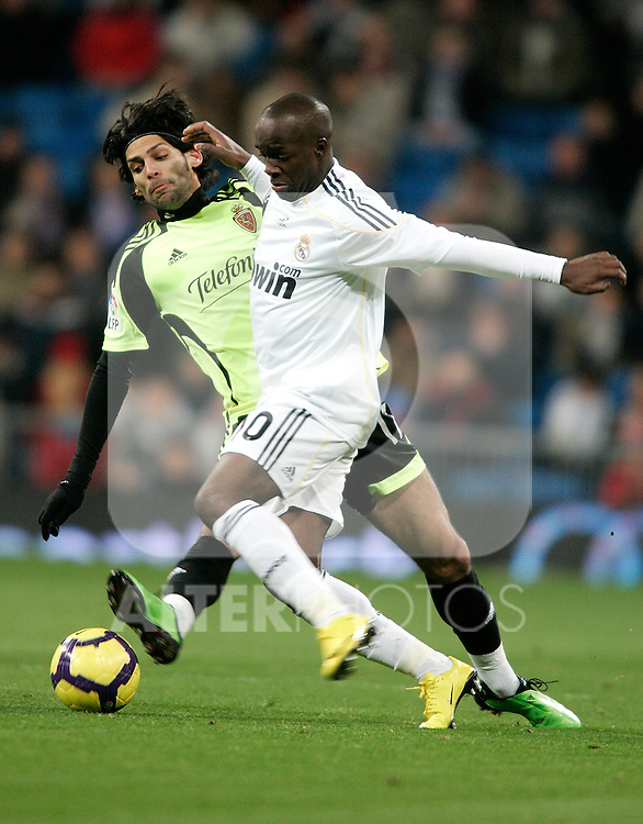Real Madrid's Lass Diarra against Zaragoza's Angel Lafita during La Liga match, December 19, 2009. (ALTERPHOTOS/Alvaro Hernandez).