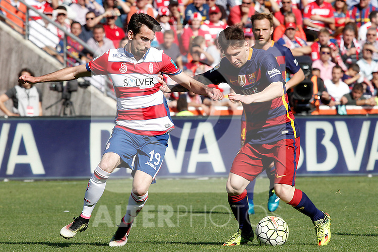 Granada's Isaac Cuenca (l) and FC Barcelona's Leo Messi during La Liga match. May 14,2016. (ALTERPHOTOS/Acero)