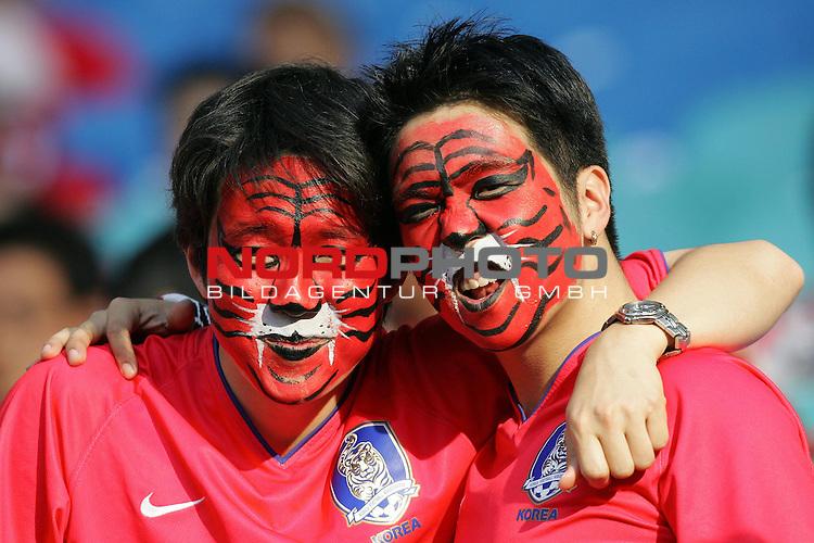 FIFA WM 2006 -  Gruppe D  Vorrunde ( Group D )<br /> Play   #29 (18-Jun) - Frankreich - Korea<br /> <br /> Zwei Fans von Korea mit Gesichtsbemalung als Tiger und fletschenden Z&auml;hnen.<br /> <br /> Foto &copy; nordphoto