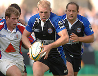 20,05/06 Powergen Cup Bath Rugby vs Bristol Rugby, Bath's james Scarsbrook attacks through the gap. Bath, ENGLAND, 01.10.2005   © Peter Spurrier/Intersport Images - email images@intersport-images..