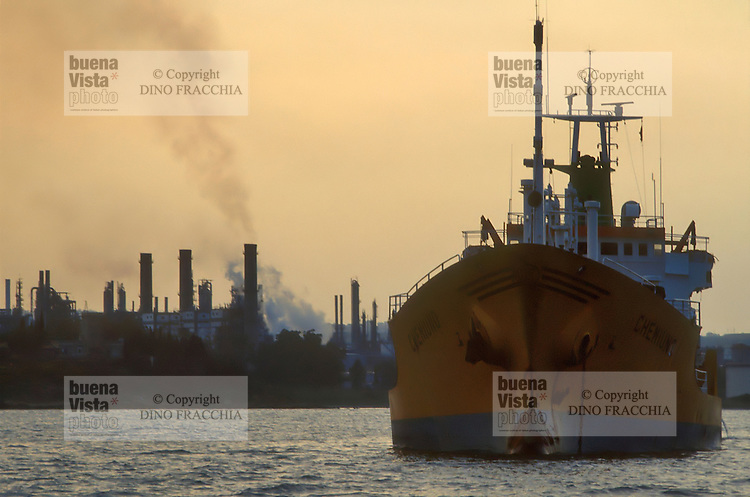 - oil tankers in the gulf of Augusta in front of the petrochemical industrial zone of Priolo....- petroliere nel golfo di Augusta davanti alla zona industriale petrolchimica di Priolo......