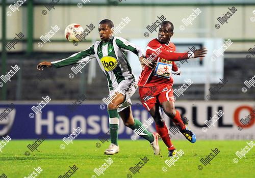 11-11-05 / Voetbal / seizoen 2011-2012 / Racing Mechelen - KV Turnhout / Gerard Lifondija (L, RCM) met Ousmane traore..Foto: Mpics