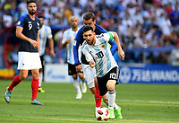KAZAN - RUSIA, 30-06-2018: Antoine GRIEZMANN (Izq) jugador de Francia disputa el balón con Lionel MESSI (C) (Der) jugador de Argentina durante partido de octavos de final por la Copa Mundial de la FIFA Rusia 2018 jugado en el estadio Kazan Arena en Kazán, Rusia. / Antoine GRIEZMANN (L) player of France fights the ball with Lionel MESSI (C) (R) player of Argentina during match of the round of 16 for the FIFA World Cup Russia 2018 played at Kazan Arena stadium in Kazan, Russia. Photo: VizzorImage / Julian Medina / Cont