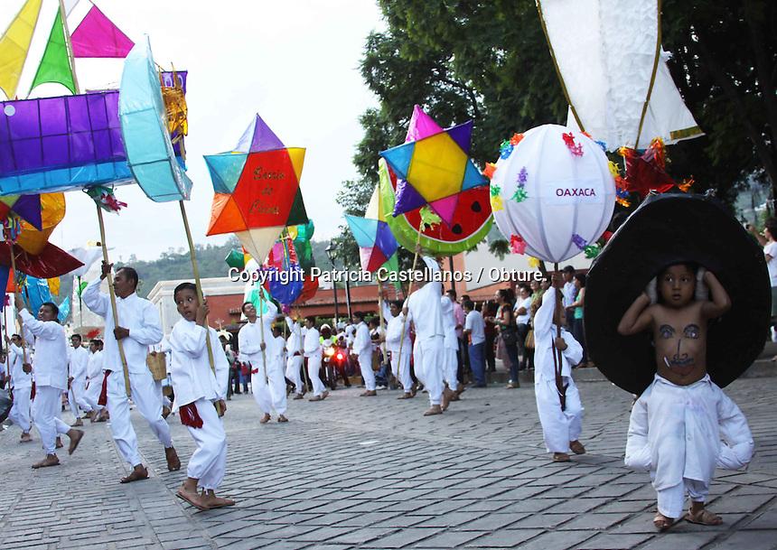 Oaxaca de Ju&aacute;rez. 21 de julio de 2014.- Ante la aproximaci&oacute;n de la m&aacute;xima fiesta de Oaxaca &ldquo;Guelaguetza 2014&rdquo;, este fin de semana se llev&oacute; a cabo el desfile de las delegaciones que participaran este primer &ldquo;Lunes del cerro&rdquo;, por lo que las calles del centro hist&oacute;rico de la capital se llenaron de bailes y algarab&iacute;a.<br /> &nbsp;<br /> Desde temprana hora cientos de oaxaque&ntilde;os, as&iacute; como visitantes nacionales y extranjeros, se reunieron rodeando los lados de las calles del&nbsp; coraz&oacute;n de la ciudad, abarrotando las principales vertientes de Oaxaca, lo anterior a objetivo de ver pasar a las diversas comunidades portando sus trajes y ejecutando sus danzas.<br /> &nbsp;<br /> Cabe destacar que dentro de las delegaciones que participaron esta vez se encontraron los tradicionales Danzantes de la pluma, las chinas Oaxaque&ntilde;as de Do&ntilde;a Genoveva, Los rubios de Juxtlahuaca, las mujeres istme&ntilde;as de Tehuantepec, entre otras.<br /> <br /> Foto: Patricia Castellanos / Obture.;