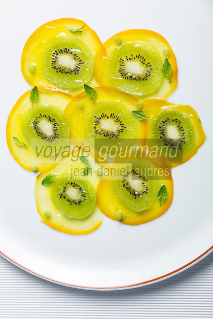 France, Paris (75), Les aliments anti-cancer de Richard Béliveau cuisinés par  Alain Passard, restaurant trois étoiles L'Arpège  - Carpaccio de betterave jaune et kiwi à l'huile d'olive //  France, Paris, Richard Béliveau , anti-cancer foods cooked  by Alain Passard, three-star restaurant L'Arpège  - Carpaccio yellow beet and kiwi with olive oil