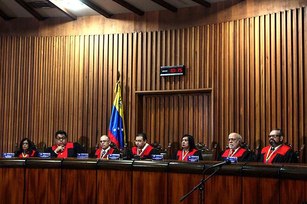 CRA17. CARACAS (VENEZUELA), 04/07/2017.-El magistrado Juan José Mendoza (c), presidente de la Sala Constitucional del Tribunal Supremo de Justicia, junto a los magistrados Lourdes Suárez (i) Calixto Ortega (2-i), Arcadio González (3-i), Cármen Zuleta (3-d), Luis Bustillos (2-d) y René Degraves (d), juramentan a Katherine Harrington como vicefiscal general hoy, martes 4 de julio de 2017, en Caracas (Venezuela). El Tribunal Supremo de Justicia (TSJ) de Venezuela designó hoy a Katherine Harrington como vicefiscal general, un día después de que el Parlamento, controlado por la oposición, ratificara en ese cargo a Rafael González, designado por la fiscal general, Luisa Ortega Díaz, el 17 de abril pasado. EFE/CRISTIAN HERNÁNDEZ