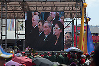 CARACAS - VENEZUELA 08-03-2013, Gente observa en una pantalla a personalidades durante el funerla de estado de Chávez El lider y  presidente de Venezuela, Hugo Chávez Frías, falleció el pasado martes 5 de marzo de 2013 a causa de un cancer a la edad de 58 años./ People watch celebrities in a screen during  the state of funeral of Chavez. The leader and president of Venezuela, Hugo Chavez Frias who died by cancer the past March 5th of 2013 at the age of 58. Photo: VizzorImage / CONT