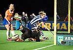 BLOEMENDAAL  - Hockey -  finale KNHB Gold Cup dames, Bloemendaal-HDM . Bloemendaal wint na shoot outs. Laurien Boot (Bldaal) , keeper Diana Beemster (Bldaal) en Nina van der Marel (HDM) .  .  COPYRIGHT KOEN SUYK