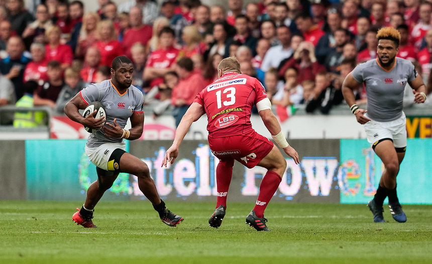 Southern Kings' Sibusiso Sithole under pressure from Scarlets' Hadleigh Parkes<br /> <br /> Photographer Simon King/CameraSport<br /> <br /> Guinness Pro14 Round 1 - Scarlets v Southern Kings - Saturday 2nd September 2017 - Parc y Scarlets - Llanelli, Wales<br /> <br /> World Copyright &copy; 2017 CameraSport. All rights reserved. 43 Linden Ave. Countesthorpe. Leicester. England. LE8 5PG - Tel: +44 (0) 116 277 4147 - admin@camerasport.com - www.camerasport.com