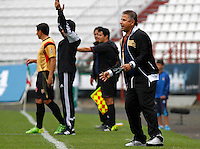 MANIZALES - COLOMBIA, 14-03-2015: Alvaro de Jesus Gomez técnico de Aguilas Pereira gesticula durante  partido Once Caldas y Aguilas Pereira por la fecha 10 de la Liga de Aguila I 2015 en el estadio Palogrande en la ciudad de Manizales. / Alvaro de Jesus Gomez of Aguilas Pereira gestures during a match between Once Caldas and Aguilas Pereira for the date 10 of the Liga de Aguila I 2015 at the Palogrande stadium in Manizales city. Photo: VizzorImage / Santiago Osorio / Str