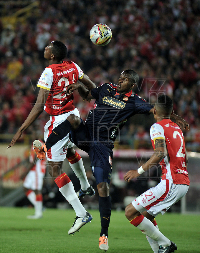 BOGOTA - COLOMBIA - 24-03-2015: Yerry Mina (Izq.) y Francisco Meza (Der.), jugadores de Independiente Santa Fe disputan el balón con Jefferson Mena (Cent.) jugador de Deportivo Independiente Medellin, durante partido aplazado por la fecha 6 entre Independiente Santa Fe y Deportivo Independiente Medellin de la Liga Aguila I-2015, en el estadio Nemesio Camacho El Campin de la ciudad de Bogota. / Yerry Mina (L) and Francisco Meza (R) players of Independiente Santa Fe struggle for the ball with Jefferson Mena (C) player of Deportivo Independiente Medellin, during a postponed match of the 6 date between Independiente Santa Fe and Deportivo Independiente Medellin for the Liga Aguila I -2015 at the Nemesio Camacho El Campin Stadium in Bogota city, Photo: VizzorImage / Luis Ramirez / Staff.