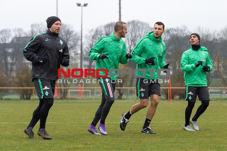 25.03.2016, Trainingsgelaende, Bremen, GER, 1.FBL, Training Werder Bremen<br /> <br /> im Bild<br /> J&ouml;rn / Joern Heineke (Athletiktrainer Werder Bremen), Alejandro G&aacute;lvez / Galvez (Bremen #4), Lukas Fr&ouml;de / Froede (Bremen #39), &Ouml;zkan / Oezkan Yildirim (Bremen #17), <br /> <br /> Foto &copy; nordphoto / Ewert