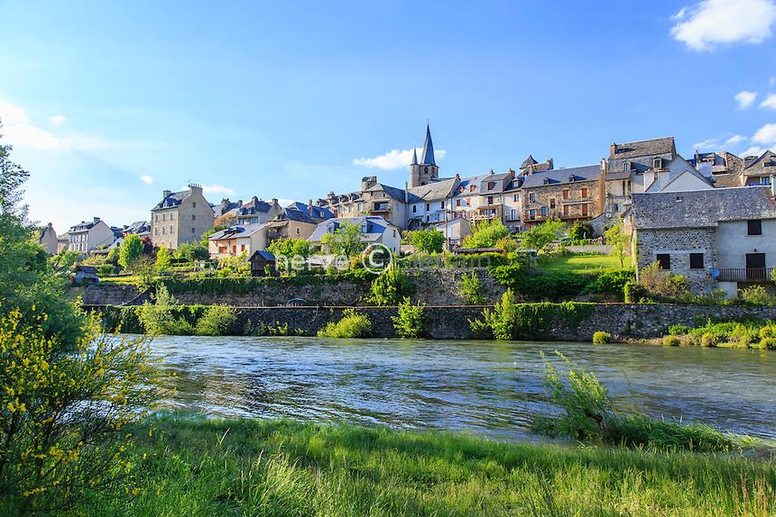 France, Aveyron (12), Saint-Côme-d'Olt, labellisé Les Plus Beaux Villages de France, le village et le Lot // France, Aveyron, Saint Come d'Olt,labelled Les Plus Beaux Villages de France (The most beautiful villages of France), the village and the Lot river