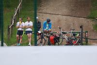 Fans kommen mit dem Fahrrad und wollen einen Blick auf die Mannschaft erhaschen - 29.05.2018: Training der Deutschen Nationalmannschaft gegen die U20 zur WM-Vorbereitung in der Sportzone Rungg in Eppan/Südtirol