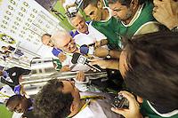 BELO HORIZONTE, MG, 01.12.2013 &ndash; CAMPEONATO BRASILEIRO 2013 &ndash; CRUZEIRO X BAHIA Presidente do Cruzeiro comemorando o titulo de campe&atilde;o Brasileiro 2013  partida durante jogo valido<br /> 37 &ordf; rodada Campeonato Brasileiro 2013, no est&aacute;dio Miner&atilde;o, na tarde deste Domingo (01) (Foto: Marcos Fialho / Brazil Photo Press)