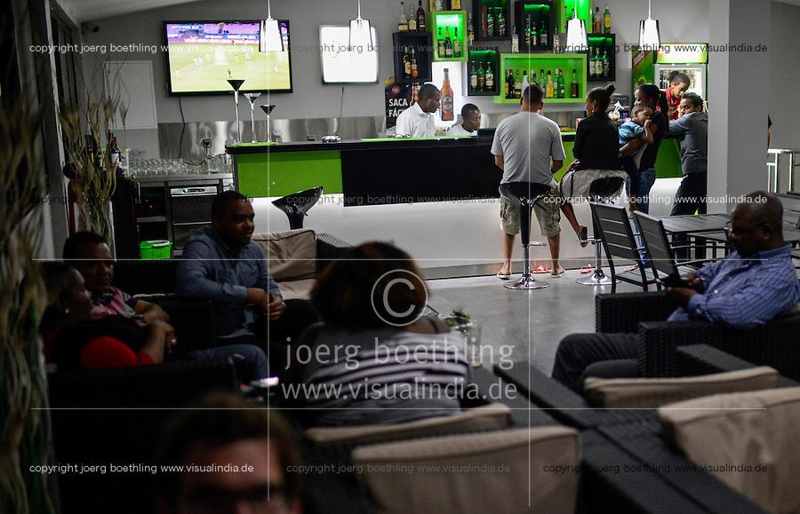 MOZAMBIQUE, Moatize, Hotel Moatize, bar is meeting point for coal workers of Vale and Rio Tinto from abroad / MOSAMBIK, Moatize, Bar des Hotel Moatize, Treffpunkt von Mitarbeitern auslaendischer Bergbauunternehmen