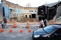 SAO BERNARDO DO CAMPO, SP, 01 MARCO 2013 -Parte da Av Liberdade continua interditado. Uma pedestre morreu no desabamento de um imóvel no Centro de São Paulo na noite desta quinta-feira (28). Segundo o Corpo de Bombeiros, o acidente aconteceu na Avenida da Liberdade, na altura do número 700, em uma obra de um antigo bar.(FOTO: ADRIANO LIMA / BRAZIL PHOTO PRESS).