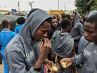 160 nigerianische Migranten kamen am 12.7.2018 aus Libyen in Lagos, Nigeria an. Unter ihnen Isaac U. (29) aus Lagos, links, am Tag nach der Ankunft