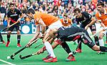 BLOEMENDAAL   - Hockey -  3e en beslissende  wedstrijd halve finale Play Offs heren. Bloemendaal-Amsterdam (0-3).  Xavi Lleonart  (Bldaal) met rechts Billy Bakker (A'dam) .  Amsterdam plaats zich voor de finale.  COPYRIGHT KOEN SUYK