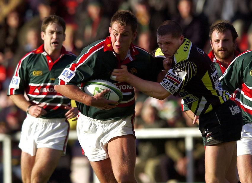 Photo. Richard Lane. .LEICESTER TIGERS V AMATORI & CALVISANO. Heineken Cup. 19-10-2002..Louis Deacon attacks.
