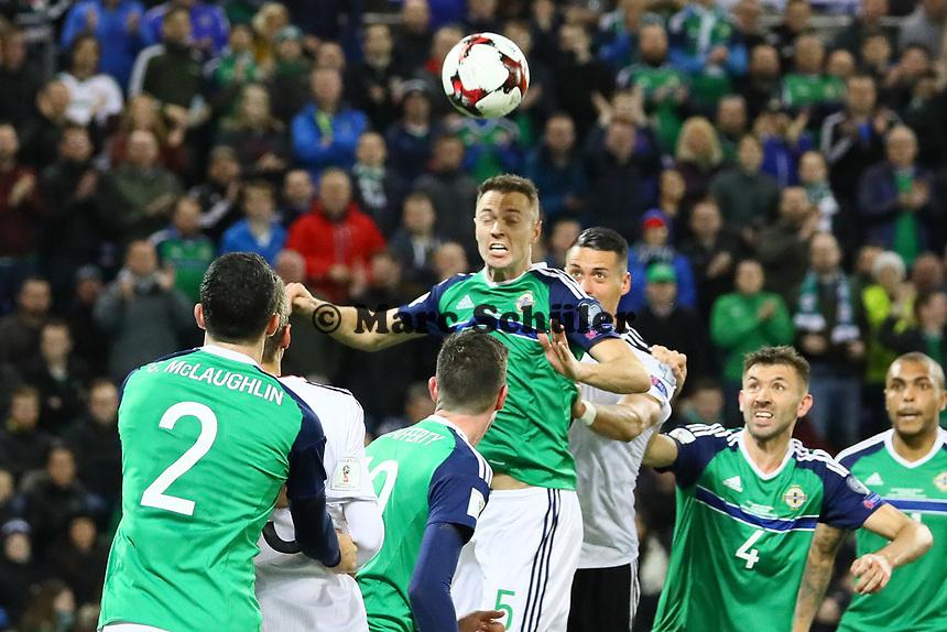 Jonny Evans (Nordirland, Northern Ireland) klaert - 05.10.2017: Nordirland vs. Deutschland, WM-Qualifikation Spiel 9, Windsor Park Belfast