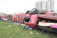SAO BERNARDO DO CAMPO, SP,24 de junho 2013- Um caminhao tombou na Via Anchieta no Km 23 na alca de acesso para o centro de Sao Bernardo do Campo o motorista ficou preso nas ferragem com ferimentos leves ADRIANO LIMA / BRAZIL PHOTO PRESS).