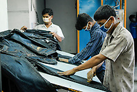 BANGLADESH, textile industry in Dhaka, company Beximco produce Denim trouser for export for western discounter, department styling and special effects / BANGLADESH, Textilbetrieb Beximco in Dhaka produziert Jeanshosen fuer den Export fuer westliche Textildiscounter u.a. Tom Tailor, Abteilung styling mit Schleifpapier und speziellen Effekten